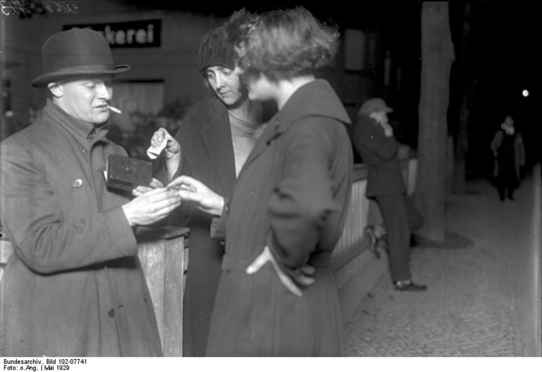 Bundesarchiv_Bild_102-07741,_Berlin,_'Koks_Emil'_der_Kokain-Verkäufer.jpg