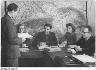 Bundesarchiv_Bild_183-09807-0002,_Berlin,_Ausbildung_von_Bibliothekaren.jpg