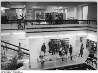 Bundesarchiv_Bild_183-1986-0115-038,_Berlin,_'Neue_Bibliothek',_treppenhaus,_Lesesaal.jpg