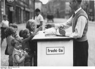 Bundesarchiv_Bild_183-2004-0701-503,_Berlin,_Eiswaffeln_für_die_Kinder.jpg