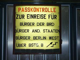 Informationstafel zur Einreise am Grenzübergang Bahnhof Friedrichstaße