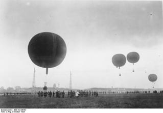 Bundesarchiv_Bild_102-06763,_Berlin_-_Tempelhof,_Start_von_Freiballons.jpg