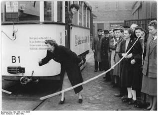 Bundesarchiv_Bild_183-13779-0005,_Berlin,_mobiler_Bibliothekswagen,_Einweihung.jpg
