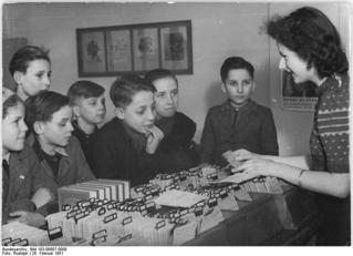 Bundesarchiv_Bild_183-09807-0008,_Berlin,_Jugendbücherei_Prenzlauer_Berg,_Katalog.jpg