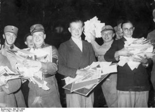 Studenten und Nationalsozialisten mit undeutschen Büchern und Schriften