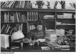 Berlin, Auszubildende zur Bibliothekarin