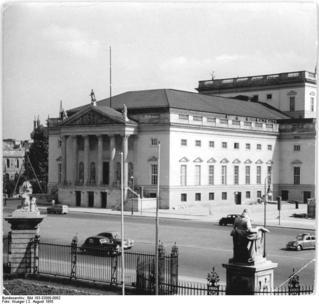 Bundesarchiv_Bild_183-32088-0002,_Berlin,_Deutsche_Staatsoper,_Außenansicht.jpg